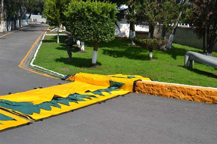 Barrière anti inondation gonflable sur la rue