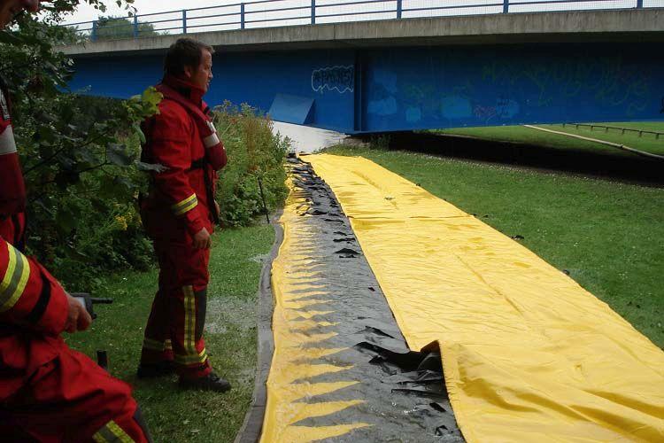 barrière anti inondation gonflable à la berge de la rivière